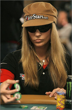 How to Successfully Bluff in Poker